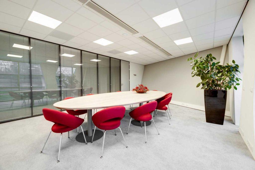 Vergaderzaal met ovale tafel